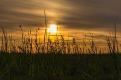 De zonsondergang bij een mijnbouwgebied zette binnen in een verbazend landschap in Genk, Belgi? om royalty-vrije stock foto