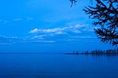 De zonsondergang bij Meer Baikal in de zomer Stock Foto
