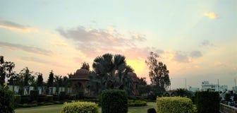 De zonsondergang bij de tuin royalty-vrije stock afbeelding