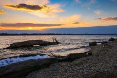 De zonsondergang boven het meer royalty-vrije stock afbeelding