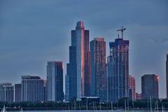De zonsondergang dankt roze gloed van weerspiegelende wolkenkrabbers in Chicago van de binnenstad, met nieuwe bouw n af royalty-vrije stock foto