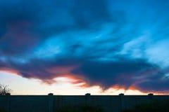 De zonsondergang in donkere kleuren Stock Foto's