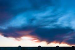 De zonsondergang in donkere kleuren Royalty-vrije Stock Fotografie