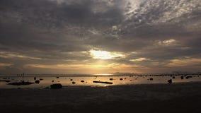 De zonsondergang door het overzees, toeristen komt te ontspannen en de vissers komen aan shells in mooie atmosfeer stock videobeelden
