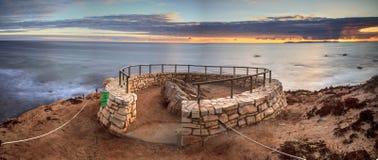De zonsondergang in een steen overziet dat meningen Crystal Cove State Park Be stock afbeeldingen