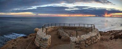 De zonsondergang in een steen overziet dat meningen Crystal Cove State Park Be stock fotografie