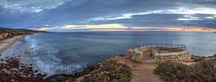 De zonsondergang in een steen overziet dat meningen Crystal Cove State Park Be royalty-vrije stock foto's