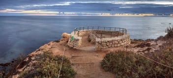 De zonsondergang in een steen overziet dat meningen Crystal Cove State Park Be royalty-vrije stock afbeeldingen