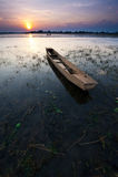 De zonsondergang en de oude vissersboot Stock Foto