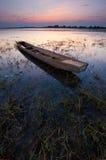 De zonsondergang en de oude vissersboot Stock Fotografie