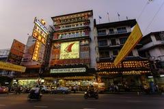 De zonsondergang en de stad steken in Chinatown, Bangkok aan Royalty-vrije Stock Fotografie