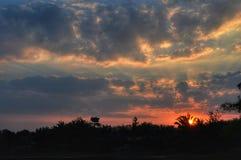 De zonsondergang en de hemel konden royalty-vrije stock afbeelding