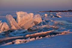 De zonsondergang en het ijsheuveltjes van de winter op het Meer Royalty-vrije Stock Foto