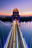 De zonsondergang en de lange blootstelling van brug Stock Foto