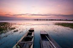 De zonsondergang en twee vissersboten Stock Afbeeldingen