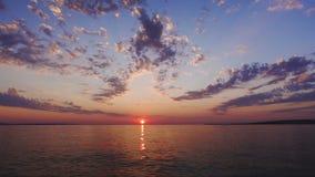 De Zonsondergang en de Wolken die van de tijdtijdspanne naar de kijker op weg zijn stock videobeelden