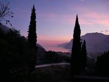 De zonsondergang in het meer stock foto