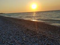 de zonsondergang het overzeese van Rhodos strand ontspant kiezelstenen royalty-vrije stock afbeelding