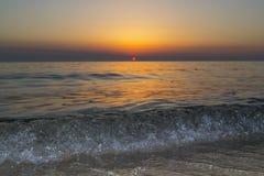 De zonsondergang met een mooie ijsgolf Stock Afbeelding
