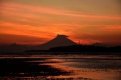 De zonsondergang met smokey zet Agung-vulkaansilhouet op Bali op Royalty-vrije Stock Foto's