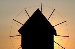 De zonsondergang Nessebar Bulgarije van het windmolenoriëntatiepunt royalty-vrije stock foto's