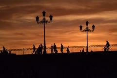 De zonsondergang omringt een brug met vrede en schoonheid Stock Foto's