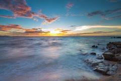 De zonsondergang op het strand Stock Fotografie