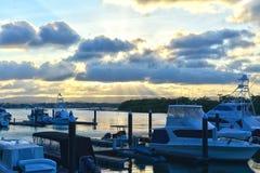 De zonsondergang op de overzeese baai met jachten bij paradijs richt gouden kust Royalty-vrije Stock Afbeelding