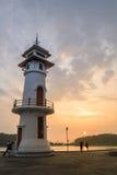 De zonsondergang op vuurtoren met toerist bij de overzeese pijler op Ko Chang is stock fotografie