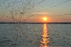 De zonsondergang in rivier werpt het gebroken glas royalty-vrije stock afbeeldingen