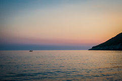 2016 de zonsondergang van Albanië op het strand Het mooie middagzon verbergen achter horizon Stock Foto's