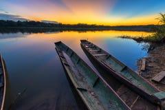 De Zonsondergang van Amazonië over Meer Stock Foto