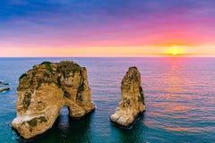 De zonsondergang van Beiroet op raoucherotsen stock foto