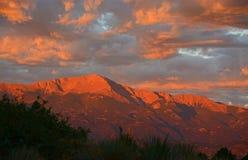 De Zonsondergang van de bergzonsopgang met Snoeken het Piek Rood Worden Royalty-vrije Stock Foto's