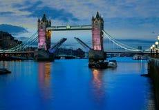 De zonsondergang van de de Torenbrug van Londen op de rivier van Theems stock afbeeldingen