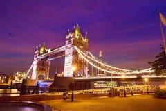 De zonsondergang van de de Torenbrug van Londen op de rivier van Theems Stock Afbeelding