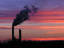 De zonsondergang van de elektrische centrale Stock Afbeeldingen