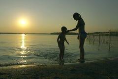 De zonsondergang van de familie stock foto's