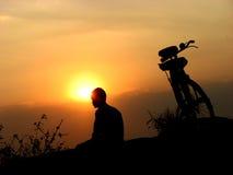 De Zonsondergang van de fietser Stock Fotografie