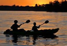 De Zonsondergang van de kajak Stock Afbeeldingen
