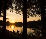 De Zonsondergang van de oever van het meer Royalty-vrije Stock Foto's