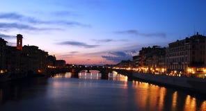 De zonsondergang van de Rivier van Arno in Florence, Italië stock afbeeldingen