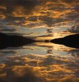 De Zonsondergang van de rivieroever Stock Foto's