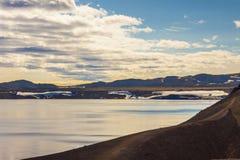 De zonsondergang van de schoonheid over het meer Oskjuvatn Royalty-vrije Stock Foto
