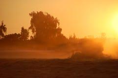 De Zonsondergang van de tractor Stock Fotografie