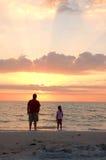 De zonsondergang van de vader en van de Dochter Royalty-vrije Stock Afbeeldingen