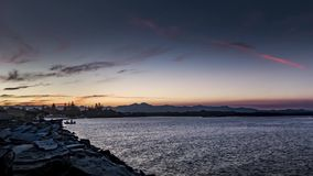 De zonsondergang van de vissersbootrivier timelapse stock videobeelden