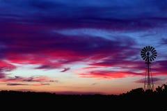 De Zonsondergang van de windmolen Stock Afbeeldingen