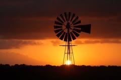 De zonsondergang van de windmolen. stock foto's