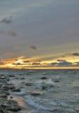 De zonsondergang van de winter op het overzees Royalty-vrije Stock Foto